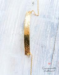 Bracelet plaque martelée doré à l'or fin gros plan